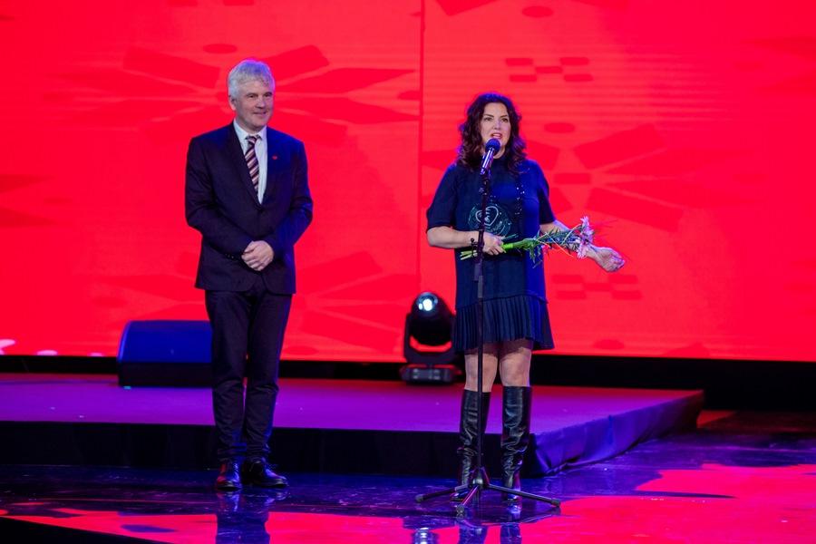 Jozef Mikloško, predseda Úsmevu ako dar poďakoval Ivete Malachovskej za dlhoročnú pomoc a podporu detí z destkých domovov